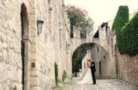 luxus-hochzeit-ouiweddings-italien-torbogen